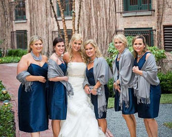 Cinza Claro com vestido azul marinho metálico