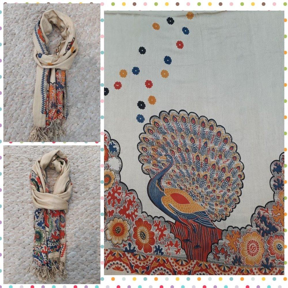 Echarpe c/ Estampa de Pavao - Print Animal - Cores: base em branco com pavao em azul, vermelho, amarelo, laranja, bege e marrom