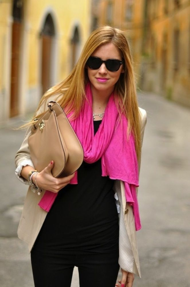 echarpe pink rosa com roupa preta social.jpg