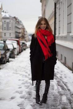 Echarpe vermelha com roupa preta e bota