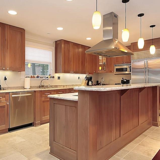 Armoires Bois Massif - Propre à son identité, les cuisines en bois massif sont uniques. Chaque espèce possède ses propriétés, de sa couleur jusqu'à son grain, pour créer un style authentique. Choisissez parmi plusieurs variétés d'essences de bois, tel que l'érable ou le noyer.