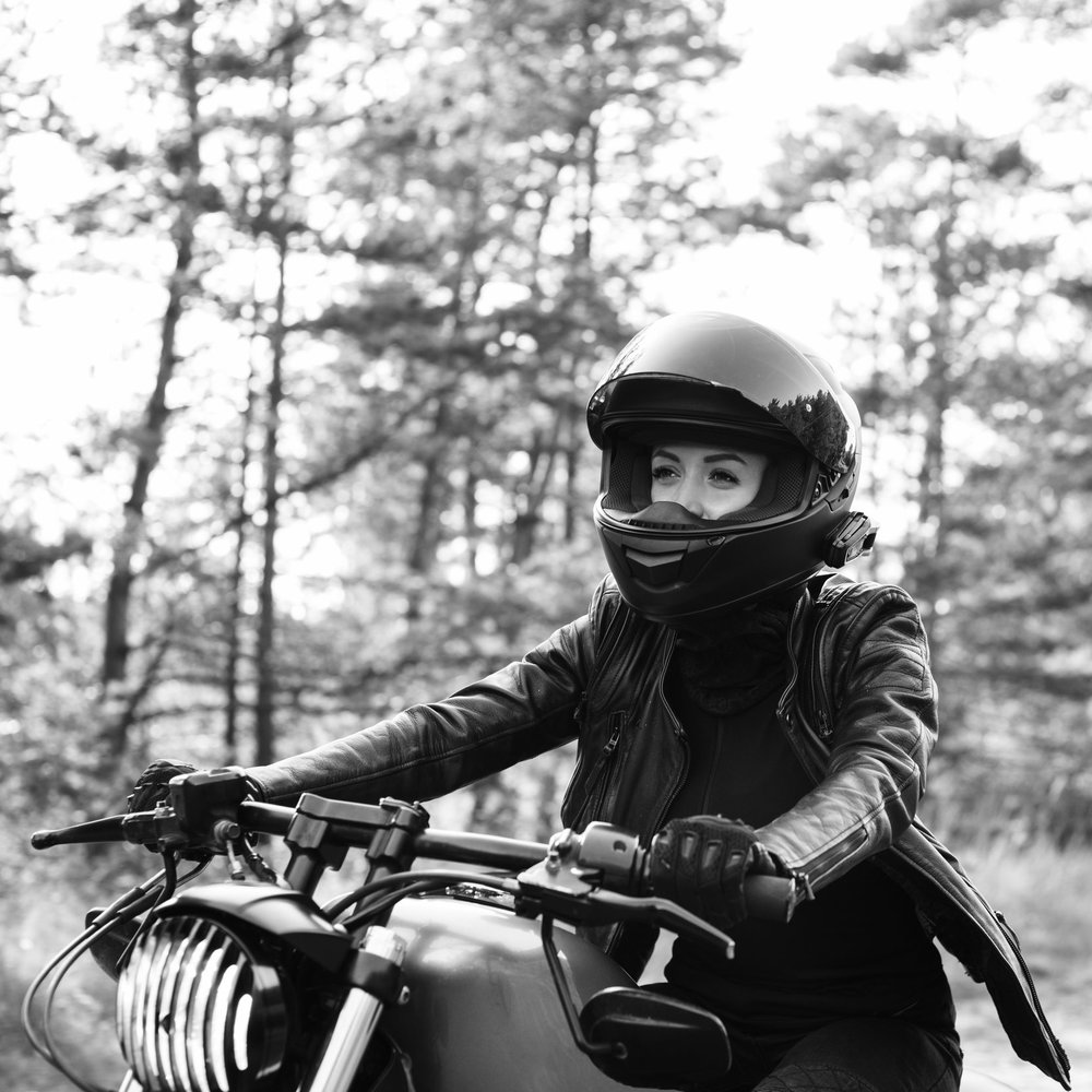 photodune-21495558-young-woman-driving-motorcycle-xxl-BW.jpg