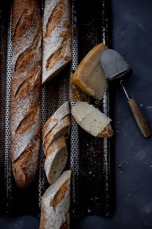 Vehnä- & Moniviljapatonki - Vehnä: Vehnäjauho, vesi, suola (1,3%), hiiva, taikinajuuri. (Veg)Monivilja: Vehnäjauho, taikinajuuri, vesi, suola (1,3%), hiiva, ruisjauho, ruislese,mallastettu vehnähiutale, auringonkukansiemen, kurpitsansiemen, kuivatut marjat (incamarja, karpalo, mustikka, goijimarja), ruisjuvä, kaurahiutale. (Veg) saattaa sis. jäämiä muista siemenistä3,50 ,- / kpl