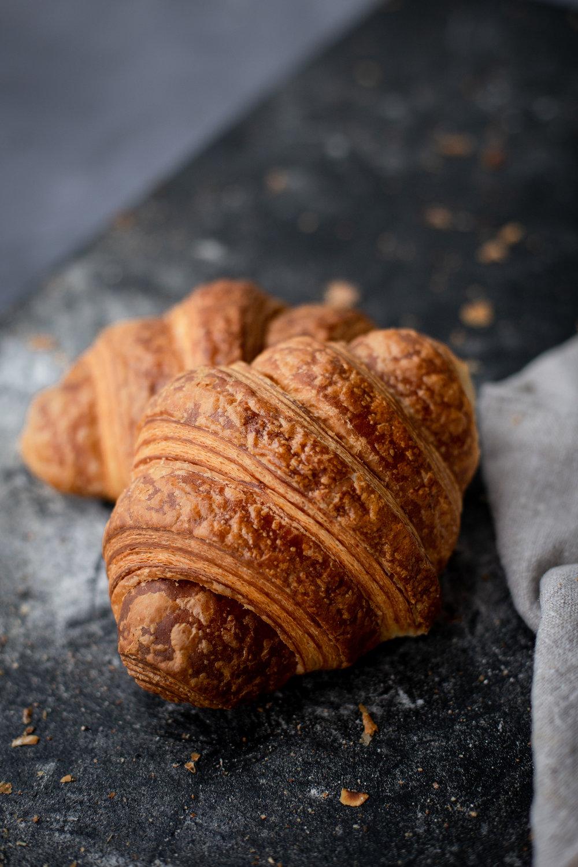 Croissant - Vesi, vehnäjauho, hiiva, maito, voi, suola, sokeri.(L)2,90 ,-