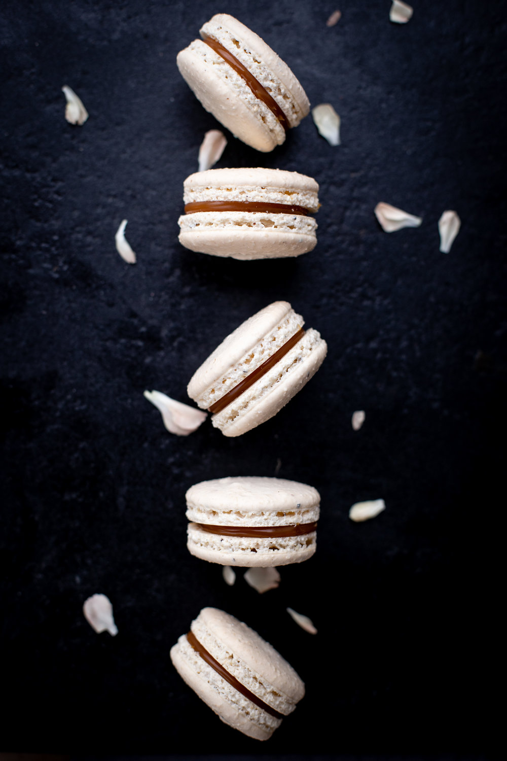 Caramel & cardamom - sugar, almond meal, egg whites, white chocolate, cream, cardamom( VL, G )1,40,-/ pcs
