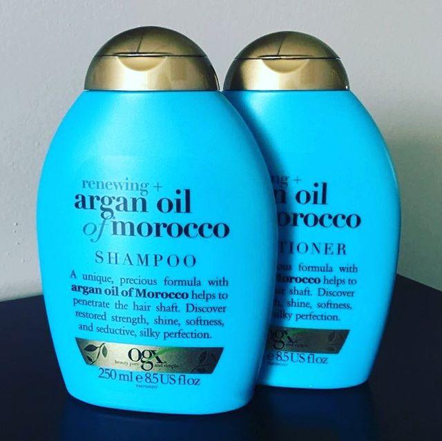 """Hoje vou falar sobre um lançamento mais ou menos recente que tem sido muito comentado: os produtos OGX (organix). Pra quem não sabe, se trata de uma marca da Johnson & Johnson que chegou recentemente no Brasil e era vendida somente fora do país, com bastante popularidade entre brasileiros que viajam pra fora. ✈️ . Comprei o shampoo e o condicionador em uma farmácia, da linha mais famosa da marca, o azulzinho """"Argan Oil of Morocco"""", que tem o óleo de argan como ingrediente principal. Nunca tinha usado os produtos da marca antes, e achei o preço ok, de R$25,90 por 250ml, cada - nos EUA é vendido por cerca de 6 dólares cada. Existe também a versão de 385ml, que custa R$39,90. 💰 . O shampoo, ao contrário do que vi por aí, NÃO é liberado pra low poo. Ele possui na sua composição o *Sodium Olefin Sulfonate*, um sulfato não liberado. A espuma é bem densa devido ao fato de ter óleo na composição e de só possuir um sulfato (muitos shampoos têm mais de um tipo de sulfato). O cabelo fica na medida certa, nem oleoso demais e nem com aquela textura ressecada que muitos shampoos costumam deixar - o da linha de côco, da mesma marca, por exemplo, resseca mais. O condicionador é muito bom, deixa o cabelo mais macio que o normal. Costumo usar máscaras de tratamento em todas as minhas lavagens, então, no meu caso, o condicionador tem mais o papel de selar as cutículas do fio. Usei várias vezes, entre elas após uma umectação com óleo de côco e achei que ele finalizou super bem. 💆🏻♀️ . O cheirinho da linha não é marcante e não lembra muito óleo de Argan. No geral, achei um custo benefício bom, especialmente se você faz uso de produtos de supermercado e não é adepta de no poo nem low poo, recomendo experimentar essa linha, que possui um resultado bem acima dos mais baratinhos por um preço relativamente em conta. 💕 . . . #hair #ogxbrasil #ogxshampoo #resenha #cabelos #review #goodhairday #organixshampoo #ogxbeauty"""