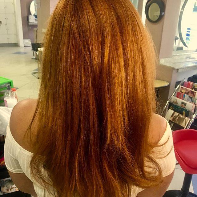 Sábado foi dia de pintar o cabelo! 💁🏻 . Pinto há 4 anos e nunca meu cabelo esteve tão saudável. Há 1 ano e 4 meses estou em transição e tenho sentido a diferença na saúde do cabelo por não estar mais fazendo duas químicas. Quando quero ele liso, faço chapinha e fica ótimo, bem mais bonito do que com alisamento. . . Minha dica pra você que não quer assumir os cachos mas não aguenta mais seu cabelo detonado e ter que alisar toda hora é: experimente lavar menos o cabelo e fazer chapinha 2x ou 3x na semana. Garanto um aumento na saúde dos seus fios! 😉 . . PS. Na foto o cabelo estava escovado. . . . #ruivoacobreado #cabelos #cabeloruivo #raposinhas #transicaocapilar