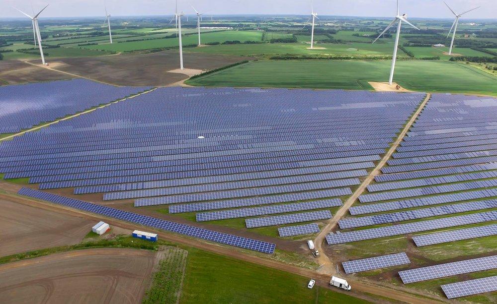 NØRHEDE-HJORTMOSE - Solcelleanlæg placeret i landskabet som nabo til vindmøller
