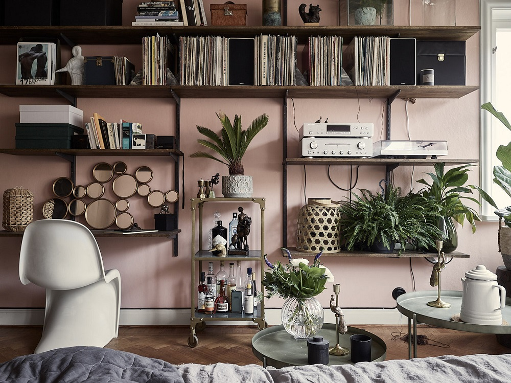 A pink & dark blue studio apartment | styling by Copparstad & photos by Boukari