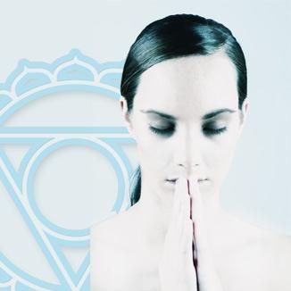 wat kun je met Kundalini reiki? - Het ontwaken van de kundalini is iets waar men bij yoga en spirituele tradities bewust naar streeft. Iedereen op het pad van zelfontwikkeling kan een (gedeeltelijk) ontwaken van kundalini ervaren, bewust of onbewust. Blokkades in ons systeem (energetisch, fysiek, mentaal, emotioneel, sociaal) kunnen de energie stagneren, wat voor fysiek ongemak en minder emotionele balans kan zorgen.Kundalini Reiki helpt bij het vrijmaken van de energiekanalen, waardoor de kracht optimaal kan doorstromen, met alle positieve gevolgen van dien. Zowel de inwijdingen in dit reikisysteem als de behandelingen zorgen voor eenlijnigheid van de chakra's, energetische reiniging en een boost van je persoonlijke energie.