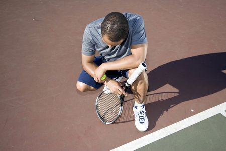 3883331_S_tennis_man_injury_racket_court_kneel_ball.jpg