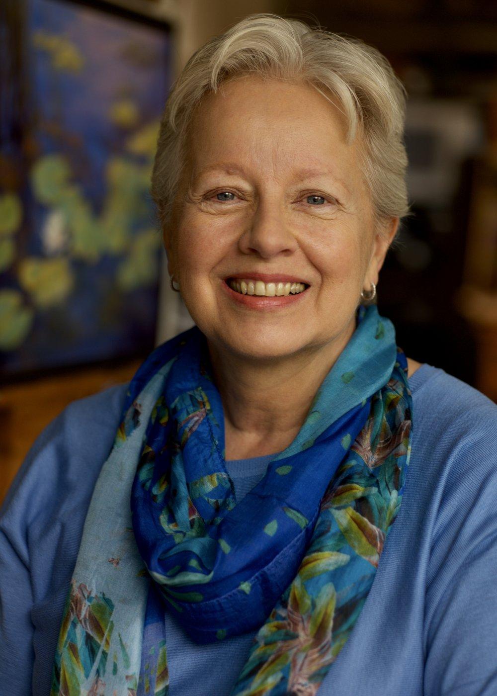 Curriculum vitae - Louise Bourgault aime dessiner depuis l'enfance. Après 25 années comme professeure en psychopédagogie à l'Université de Montréal, et chef d'une entreprise de recherche clinique à Sherbrooke, elle est revenue à sa passion première, l'art, depuis 2007. Étudiant d'abord dans la région à l'UTA de l'Université de Sherbrooke et au Collège Champlain, entre autres, elle a, de 2011 à 2016, assidûment fréquenté le Centre des arts visuels de Montréal, cumulant auprès du Centre plus de 1000 heures de formation artistique classique, en dessin, modèle vivant, nature morte, paysage, le tout tant à l'aquarelle et au fusain qu'à la peinture à l'huile (alla prima et par glacis). Des artistes réputés comme Marigold Santos, Elisabeth Galante, Josée Duclos, Dominique Gendron, Robert Wiseman ont profondément influencé son développement artistique. Elle a également suivi plus de 420 heures d'atelier de peinture classique à l'huile auprès de Ian Shattila (Ian Shattila's Studio à Montréal).Elle est en voie de terminer un Baccalauréat en arts visuels à l'Université Bishop's. Depuis 4 ans, elle a participé à plusieurs stages de peinture en plein air à l'étranger, tant à l'huile, avec Ian Roberts (en composition, à l'huile) et Julian Merrow Smith (en paysage et nature morte, à l'huile), qu'au pastel sec, avec Richard McKinley (Maître pastelliste), Jeanne Rosier Smith et Stan Sperlak. Depuis 3 ans, elle développe une histoire d'amour avec le pastel, médium flexible et subtil qui lui permet d'intégrer à l'occasion l'aquarelle et la peinture à l'huile en sous-couche ce qui donne des effets lumineux particulièrement séduisants. Elle est membre du Conseil d'administration du Comité d'action culturelle de Magog. Elle est également membre de la PSEC (Pastel Society of Eastern Canada) et du PAC (Pastel Artists Canada).Elle a participé à plusieurs expositions collectives, entre autres aux Expositions des étudiants du Centre des arts visuels de Montréal de 2012 à 2015. En 2017, deux d