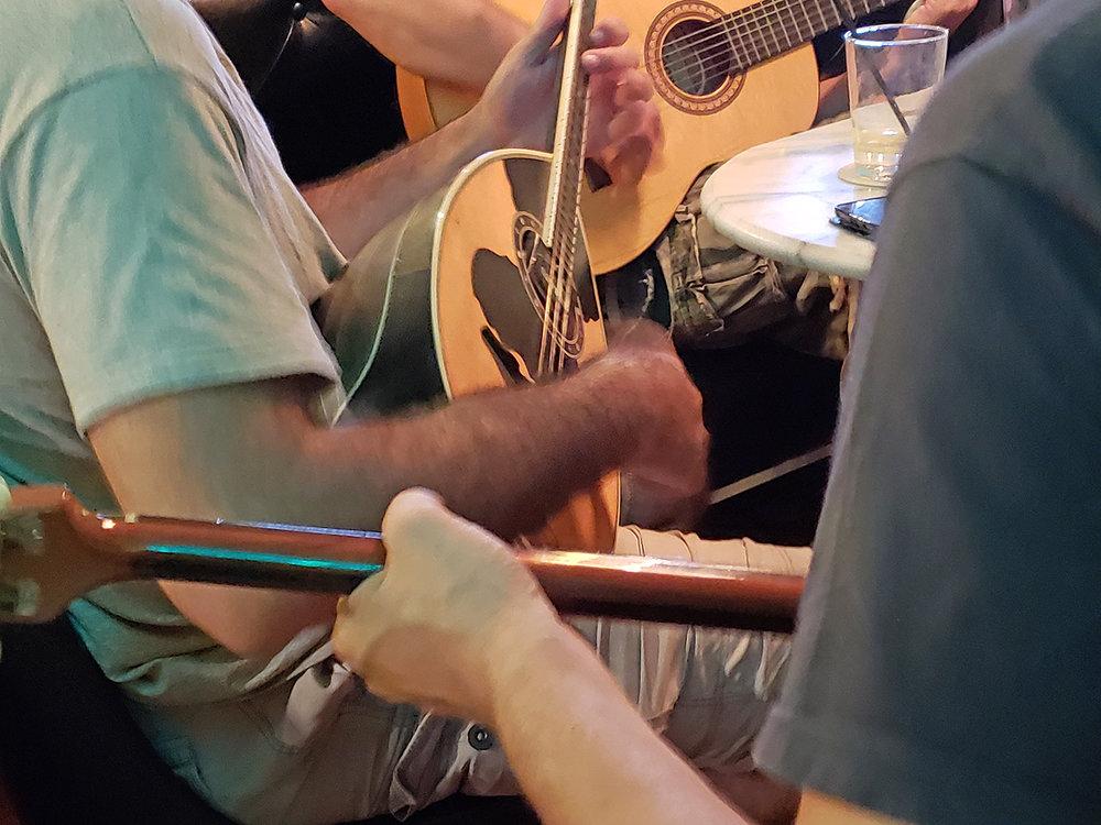 Toca la guitarra!