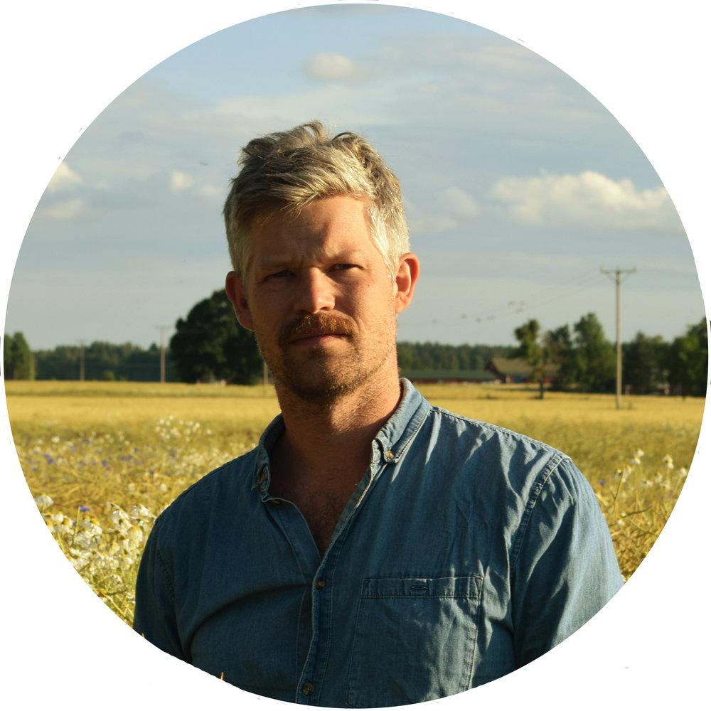 """- Nicklas Nilsson är en prisbelönt scenograf och kostymdesigner baserad i Stockholm.Han har tidigare under flera år varit verksam hos regissören Roy Anderssons Studio 24, senast med filmen En duva satt på en gren och funderade på tillvaron vars scenografi han 2014 tilldelades en Guldbagge för.Nicklas Nilsson har bakgrund inom flertalet prisbelönta produktioner där Niki Lindroth von Bahrs Min Börda och Johannes Nyholms Las Palmas är två exempel.Uppdrag inom kostym/scendekor innefattar artister som David Bowie, Lykke Li och Fever Ray.Nicklas Nilsson är utbildad vid Stockholms Dramatiska Högskola med en kandidat i Scenografi samt en yrkesexamen i Attributmakeri för TV- och Filmproduktion vid Luleå Tekniska Universitet.Nicklas Nilsson is a Stockholm based Production- and Costume Designer for feature films, stage productions, commercials and TV. His credits include the music video for the David Bowie song Blackstar, the viral video phenomenon Las Palmas and set design for world renowned swedish artist Lykke Li.His accolades include a """"Guldbagge"""" (The Swedish Academy Award) in Production Design for his work on the acclaimed Swedish director Roy Anderssons' feature A Pigeon Sat on a Branch Reflecting on Existence.Nicklas Nilsson has a Bachelors Degree in Production Design from Stockholm University of the Arts, he also has a degree in Prop Building for Film and Television from Luleå Tech University."""
