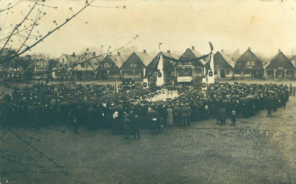 FH 21 msza polowa na placu - na tle domków tkaczy - w Chodzieży 1920 r..JPG