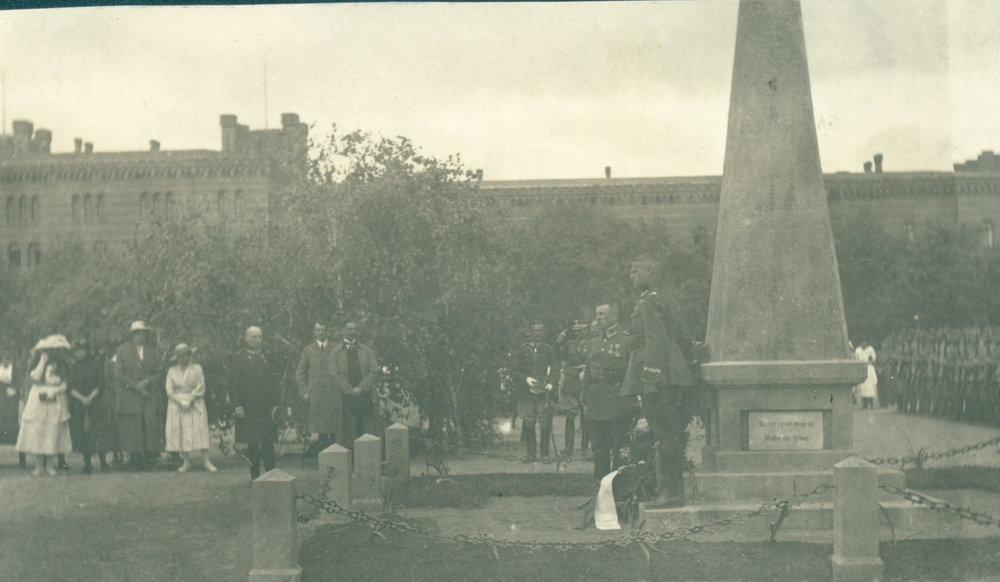 FH 10 składanie wiązanek pod obeliskiem w hodzieży 19 stycznia 1920 r..JPG