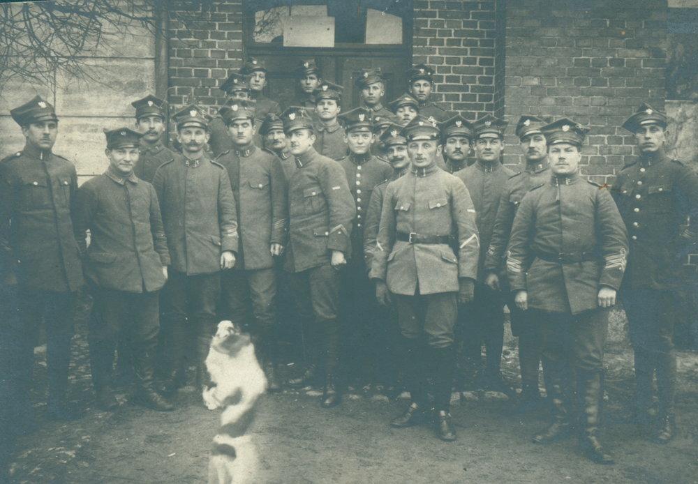 FH 14 Placówka powstańcza na froncie północnym w Ludwikowie - zabawa z psem. 1919 r..JPG