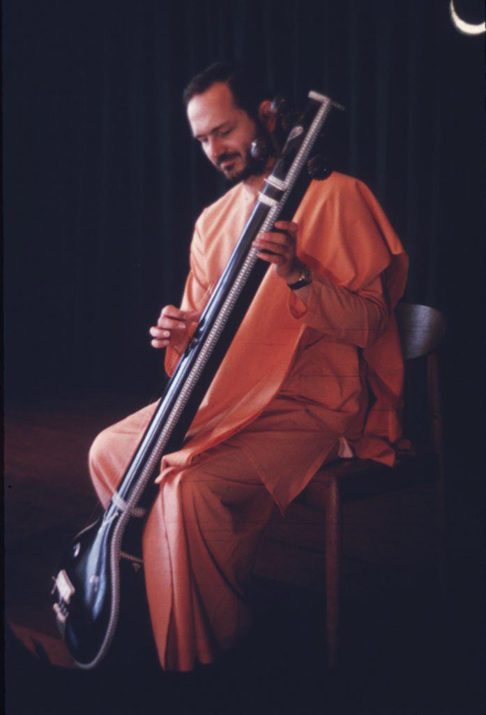 swamiji_playing_the_tamboura.jpg