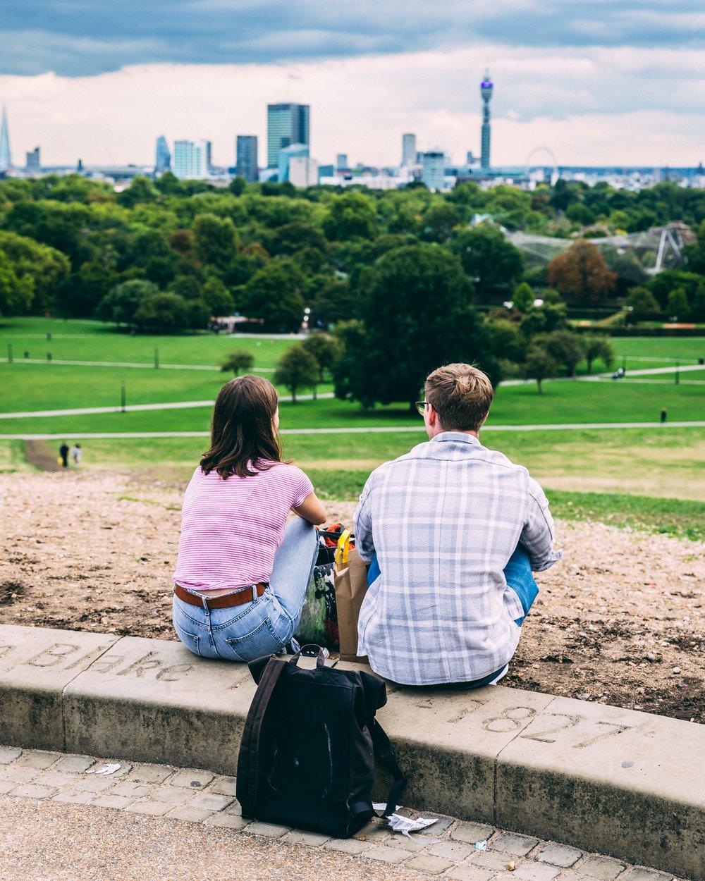 BEHANDLING FÖR PAR - När en sexberoende person som befinner sig i en åtagen parrelation går igenom en tillfrisknandeprocess sker det även viktiga förändringar i relationen. DBK rekommenderar att både den sexberoende och dennes partner deltar i behandlingsprogrammet .
