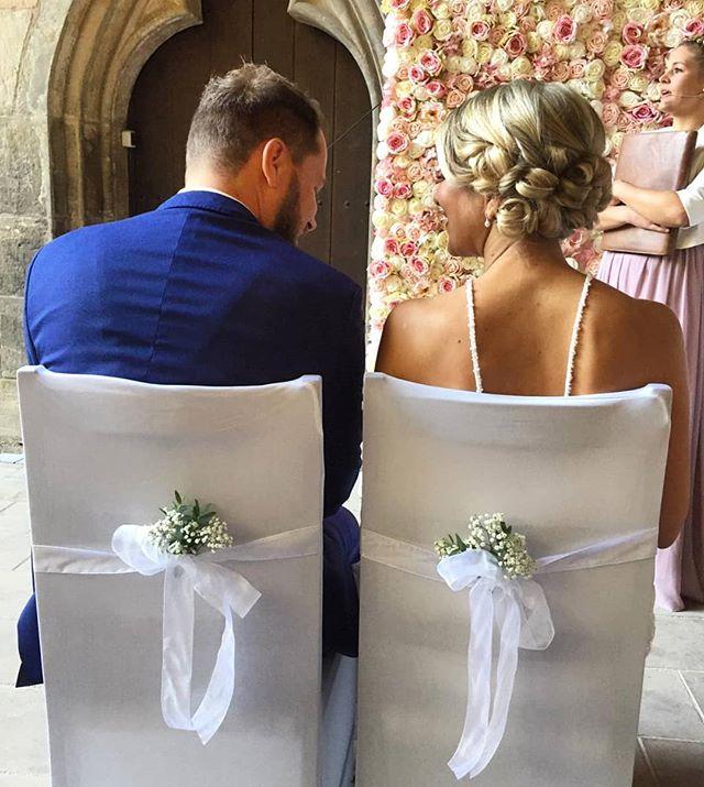 Wir gratulieren @c.a.t.h.l.e und Peter zu Ihrer Hochzeit und wünschen alles Gute 💞 Wir sagen Danke, Nancy Lemser für dieses tolle Styling und Make up. Die freie Trauung wurde von der lieben Désirée Korb @herzallerliebstevents gestaltet.  #massonfriseure #ichliebemeinehaare #wedding #weddingtime #love #herzallerliebstevents #styling #brautmakeup #braut #brautfrisur #hochsteckfrisur #brautiful #schönstertag #allesliebe #hairdresser #picoftheday