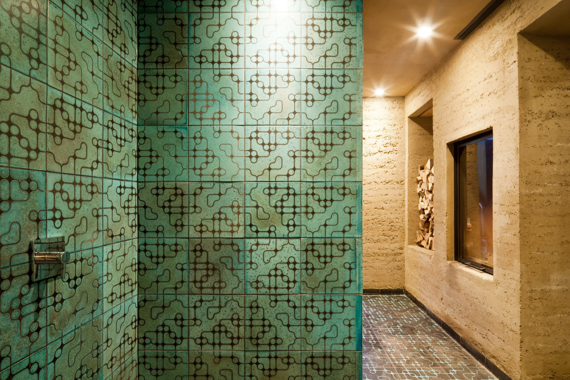 A wall of Karak tiles
