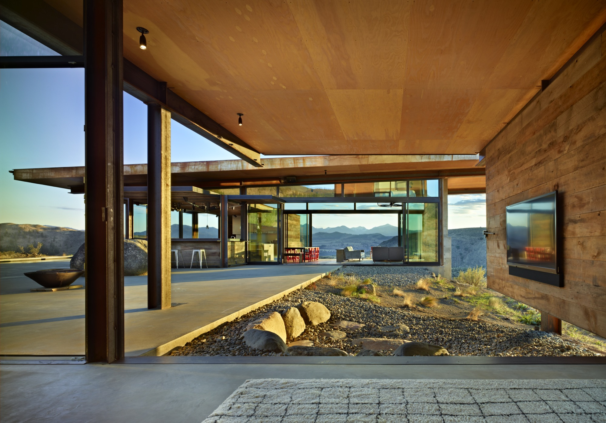 Studhorse Outlook by Olson Kundig Architects / Photo by Benjamin Benschneider