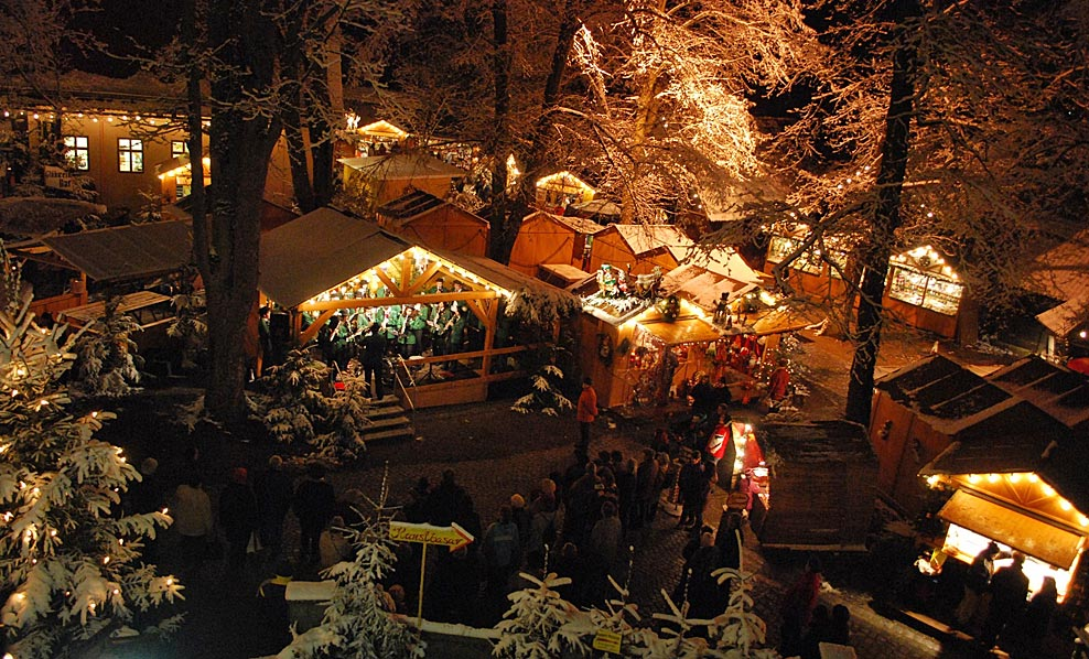 Dinkelsbühl's Christmas market during the holidays / Courtesy of Bayern Tourismus Marketing GmbH