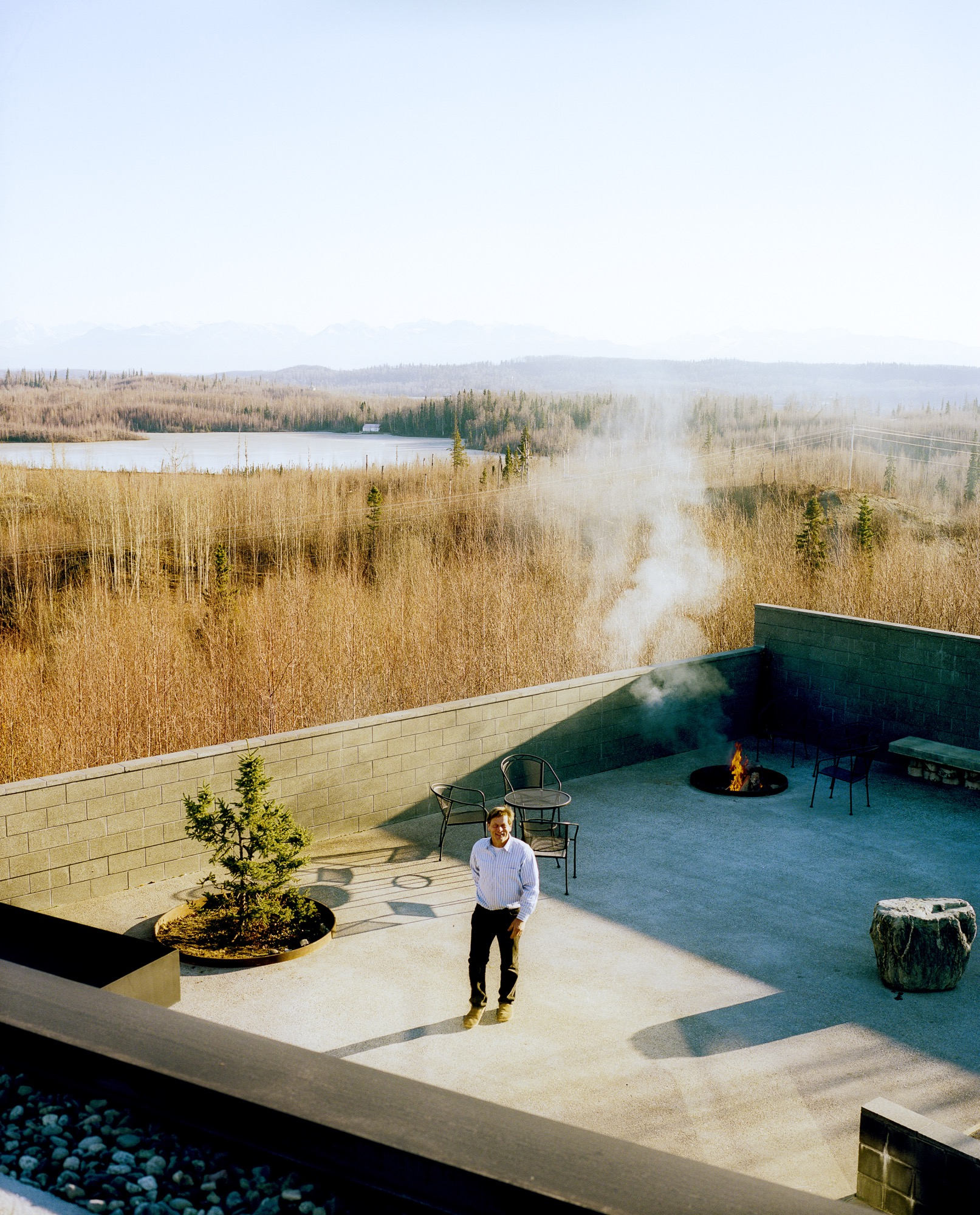 The courtyard with its fire pit and infinity pond—extends the living area outdoors. The family has hosted events, weddings, and even a funeral here, and annual solstice parties are always a big hit with the neighbors / Photo by Kamil Bialous