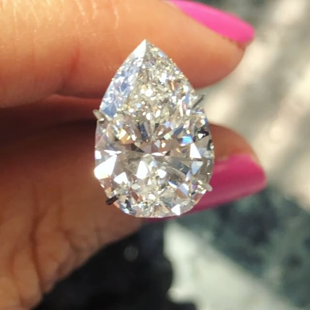 Spotlight on this out of this world pear! 😍🍐 Shipped in from Hong Kong because it is one of those needle in a haystack stones. GIA, 4.55 H-SI2 that shows like a 5 carat G-VS1 and almost no bow tie! It's not every day I find top make stones of this caliber and value. They take a very particular search criteria and industry network to find for our clients.  Swipe left to see how my Digital Diamond Service works for clients around the world. I never edit the diamonds and show them in different lighting so you know exactly what you are getting. 💎This stone is being offered at wholesale pricing, DM for details before it ships out to a luxury retail store in two days! 💍Michelle@missdiamondring.com  #pearshapediamond #pearshapedring #peardiamond #peardiamondring #pearcutdiamond #5carats #5carat #4carats 4carat #pearengagementring #missdiamondring #ringconciergebeverlyhills #engagementringconcierge #diamondconcierge