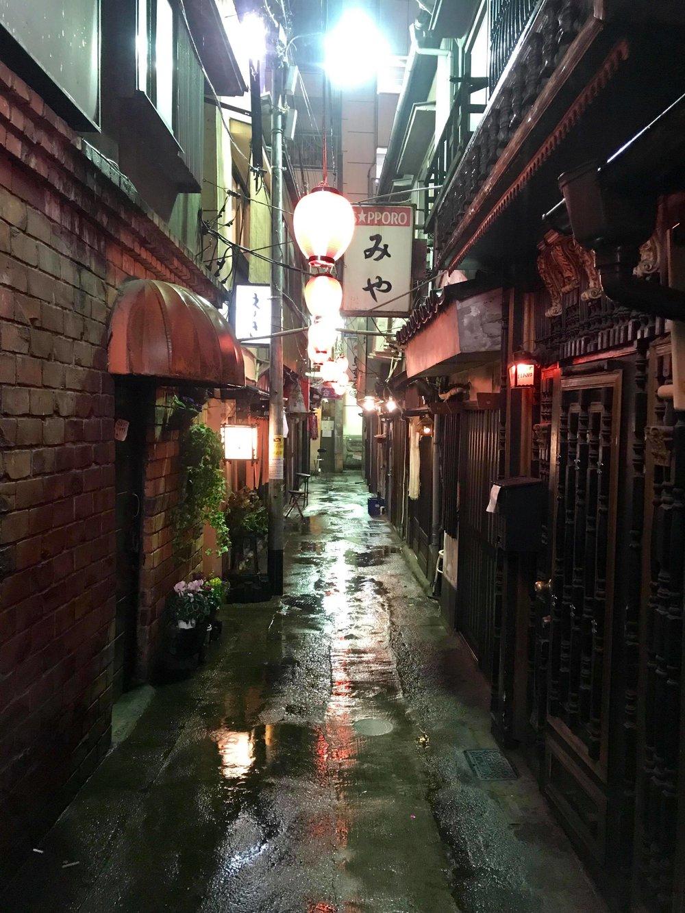 Back ally bars Tokyo.jpg