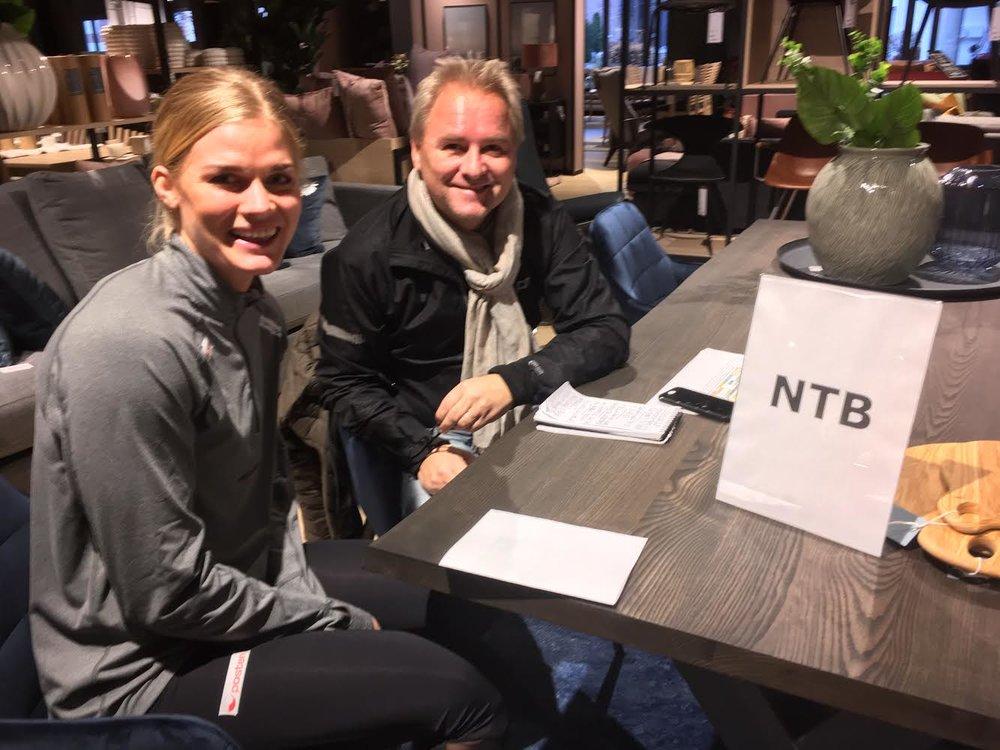 NTBs håndballarbeider Espen Hartvig hadde også fått eget bord under pressemøtet med håndballjentene. Her er det Veronika Kristiansen som intervjues.