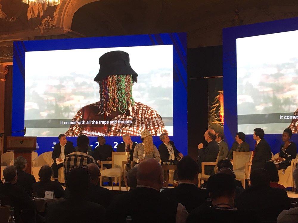 Anas Aremayaw Anas på scenen i Lausanne der han samtaler med AIPS-president Gianno Merlo. FOTO: Reidar Sollie