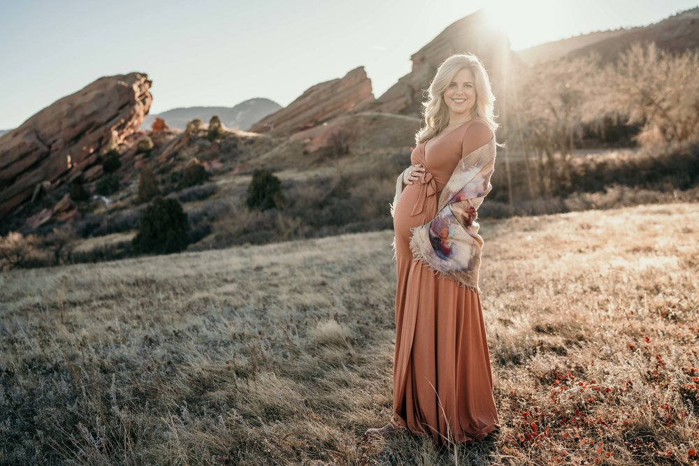 red rocks maternity photoshoot in the sun