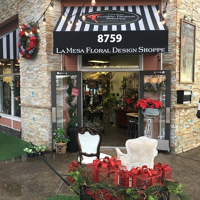 Waiting for our guests !! Mr. and Mrs. Clause.  Come join us!!! Enjoy 15% off and sit and dine at the lunchbox with a view of Santa and Mrs. Claus. Happy Holidays!!!