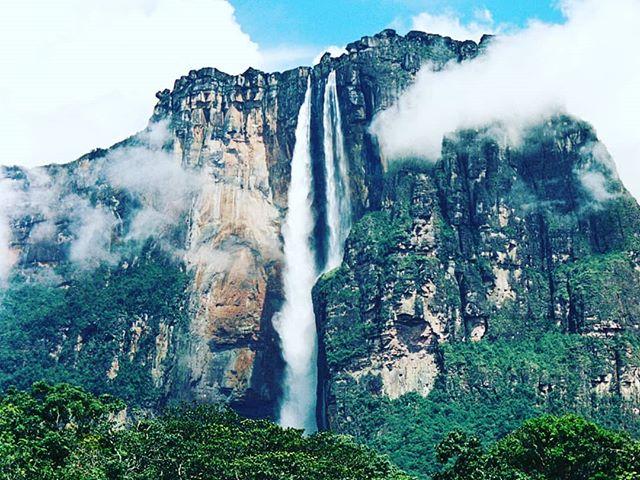 EN: Angel Falls is theworld's highest uninterrupted waterfall, with a height of 979 metres (3,211 feet) and a plunge of 807 metres (2,368 feet). The waterfall drops over the edge of theAuyán-tepuimountain in theCanaima National Park, aUNESCO World Heritage sitein theGran Sabanaregion ofBolívar State.  ES: El Salto Angel es la cascada ininterrumpida más alta del mundo, con una altura de 979 metros (3,211 pies) y una caída de 807 metros (2,368 pies). La cascada cae sobre el borde de la montaña Auyán-tepui en el Parque Nacional Canaima, declarado Patrimonio de la Humanidad por la UNESCO en la región de la Gran Sabana, estado de Bolívar.