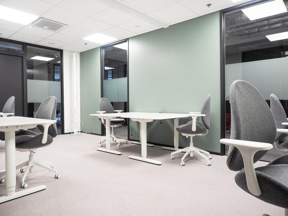 Toimistohuoneiden värimaailma pidettiin neutraalina ja rauhallisena. Akustiikkaan ja valaistukseen kiinnitettiin erityistä huomiota - kokolattiamatto pitää äänimaailman pehmeänä ja valaistuksessa työhuoneissa on myös himmennysmahdollisuus.