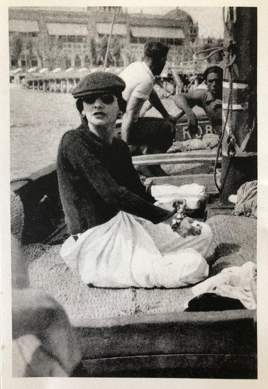 En 1920, Mademoiselle est inconsolable. Pour l'arracher au souvenir de Boy Capel tragiquement disparu dans un accident de voiture en décembre 1919, Misia et le peintre José Maria Sert l'invitent à Venise. Venise n'est pas une simple étape saisonnière. Venise est pour Gabrielle Chanel un tourbillon qui la répare, l'inspire et la rend de nouveau créative. -