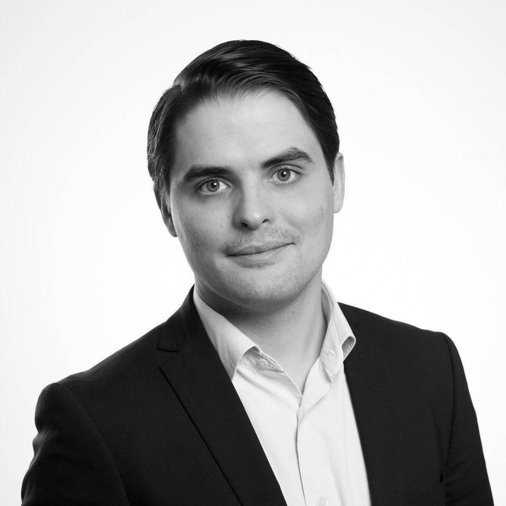 Fabian - ProjektledareFabian är diplomerad skådespelare och kommunikatör från Calle Flygare Teaterskola och avslutar nu sin M.Sc. inom industriell ekonomi med teknisk specialisering inom avancerad maskininlärning och artificiell intelligens.Utöver erfarenhet från SEB har han arbetat inom den förvärvsintensiva Sdiptech-koncernen med fokus på strategisk utveckling och internationella koncerninterna och externa partnerskap.