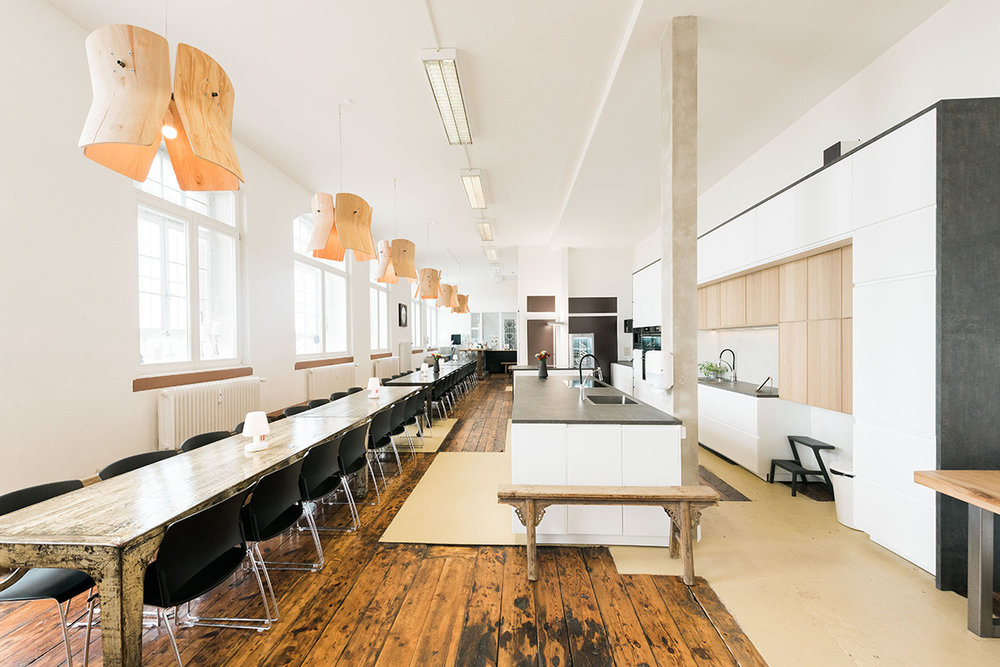Die LOKation - Unser Zentrum, unser Büro, unsere Kantine, unser Herzstück - zum Kochen, Feiern und Tagen. Wo Drehmaschinen und Walzen standen, entstehen heut' andere großartige Dinge.