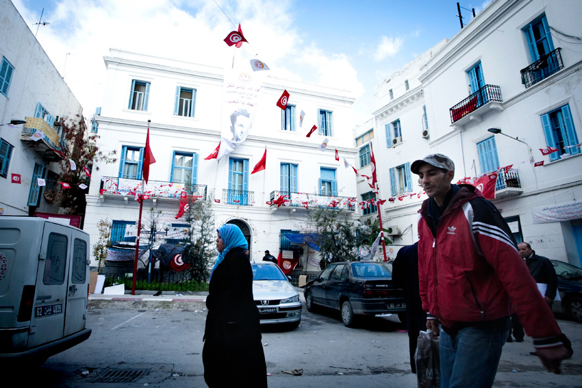 """Libertà o non libertà, da qualche mese a Tunisi i bar sono chiusi il venerdì, nel giorno di preghiera, una facoltà dell'università della capitale è occupata da diverse settimane da un gruppo di salafiti che vorrebbero che uomini e donne frequentassero le lezioni in classi separate, lesbiche e omosessuali vivono ogni giorno nel terrore, ad aprile scorso una donna lesbica si è rotta il bacino buttandosi dalla finestra di un appartamento per scappare a un linciaggio. Ma i giovani hanno speranza: """"Ci ribelleremo a qualsiasi imposizione che non condivideremo. Scenderemo in piazza e se sarà necessario faremo cambiare il governo""""."""