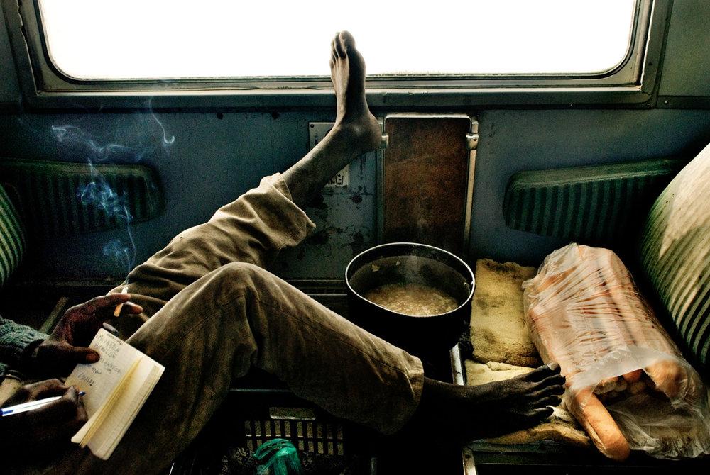 Tutti sullo stesso treno, un mondo senza tempo che si edifica in funzione della sua durata. Il treno comincia la sua corsa attraverso il deserto e i turbanti si fanno e si disfano tentando di sottrarsi alla sabbia e al freddo insinuante. (articolo integrale pubblicato su Left, Maggio 2008)