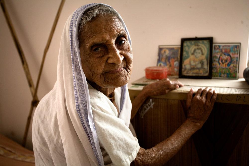 Sposa a 15 anni di un cartolaio che aveva il doppio della sua età, mamma di due figli a 20 e vedova a 21. Shefali Das è diventata moglie, madre e vedova nell'arco di sei anni e oggi non sa raccontare molto altro del suo passato. Fatica a metterne insieme i ricordi, ma senza esitazioni sa dire perché un giorno ha comprato un biglietto di sola andata del treno che l'ha portata, a mille chilometri di distanza dal suo villaggio, a Vrindavan: «Dopo aver accasato i miei figli, non servivo più. Era giunto il tempo di pensare a Dio».  Shefali ha fatto quello che altre povere donne indiane che hanno perso i mariti fanno da secoli: venire a Vrindavan, una delle città più sacre del subcontinente.