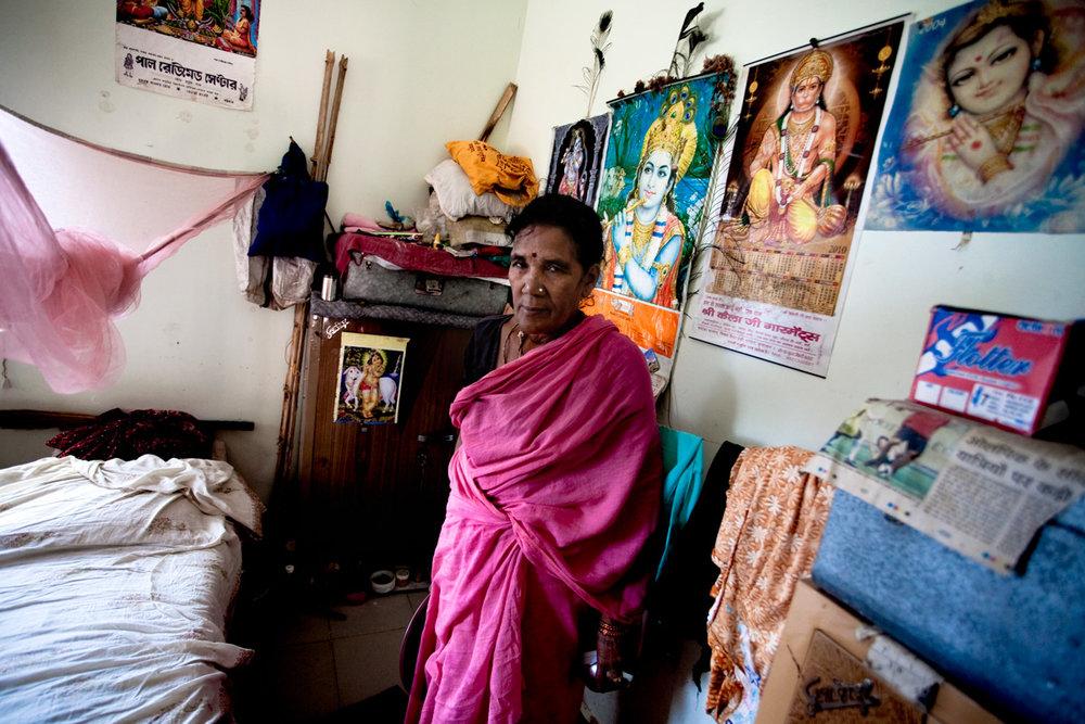 Dei 33 milioni di vedove dell'India, almeno 15 mila oggi vivono qui. Le incontri a ogni angolo nei vicoli brulicanti di pellegrini e mercanti di tessuti, souvenir, spezie. Avvolte nei loro sari di cotone bianco, simbolo di castità, camminano diafane come ombre di un altro mondo. Arrivano dal Madhya Pradesh, dal Rajasthan, dall'Orissa, molte dal West Bengala, lo stato di cui veniva il mistico Mahaprabhu. Con sé non hanno portato che un fagotto con due cenci e il peso della vacuità. (testo completo di Valeria Fraschetti, testo e foto pubblicate su East 34, febbraio 2011)