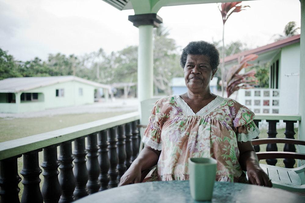 Il Bishlama, la lingua ufficiale del paese, racchiude la semplicita' e la visione di un popolo che resiste: non esiste condizionale, solo presente, passato e futuro. E' un'economia dei sentimenti, quella che muove la vita quotidiana, fatta di gesti di cura ed essenzialita'.   Oltre il vento  è un progetto che vuole raccontare un paese attraverso alcuni volti delle persone che lo abitano, perchè Vanuatu non sia solo una costa lungo la barriera corallina, un punto nella mappa a rischio di sparizione a causa del cambiamento climatico, ma possa essere conosciuto per la ricchezza e varietà culturale.