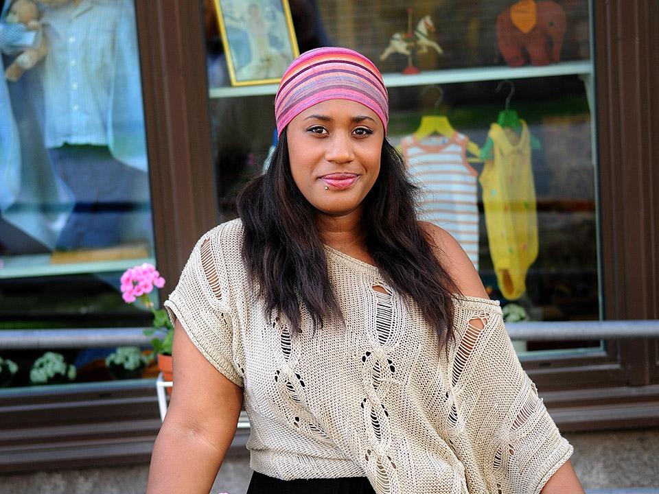 Sheila framför Mamas Retro i Linnéstaden.