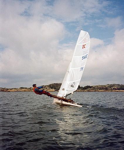 Johan Elfström provar nya segel på IC 78 utanför Saltholmen i Göteborg inför VM i Nynäshamn 1999.