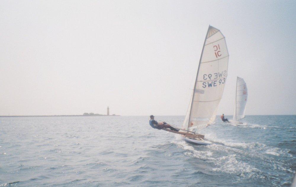 Olle Bergqvist SWE 93 och Peter Lundquist SWE 99 seglar runt Omø under träningsläger i Danmark år 2000. Foto: Johan Elfström, taget från slajden.