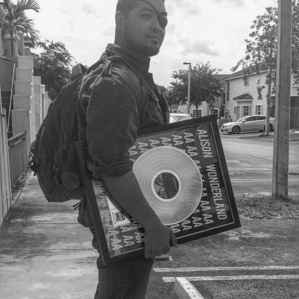 """Frank Rodriguez - A.K.A """"EL MÉDICO"""" /LA CLíNICA RECORDS SPECIAL GUEST- Ingeniero de Mezcla y Máster con más de 15 nominaciones en los premios Grammy y Latin Grammy. créditos en múltiples álbumes con certificación oro y platino.- Fundador de La Clínica Records, sello con enfoque en Global Bass y más de 4.5 millones de reproducciones en Soundcloud.- Algunos artistas destacados con los que ha trabajado Frank son diplo, Major Lazer, Alison Wonderland, Daddy Yankee, calle 13, Juan Luis Guerra, Los Ángeles Azules, Kinky, Luis Fonsi, cnco, GTA y Disney Pixar's Coco."""