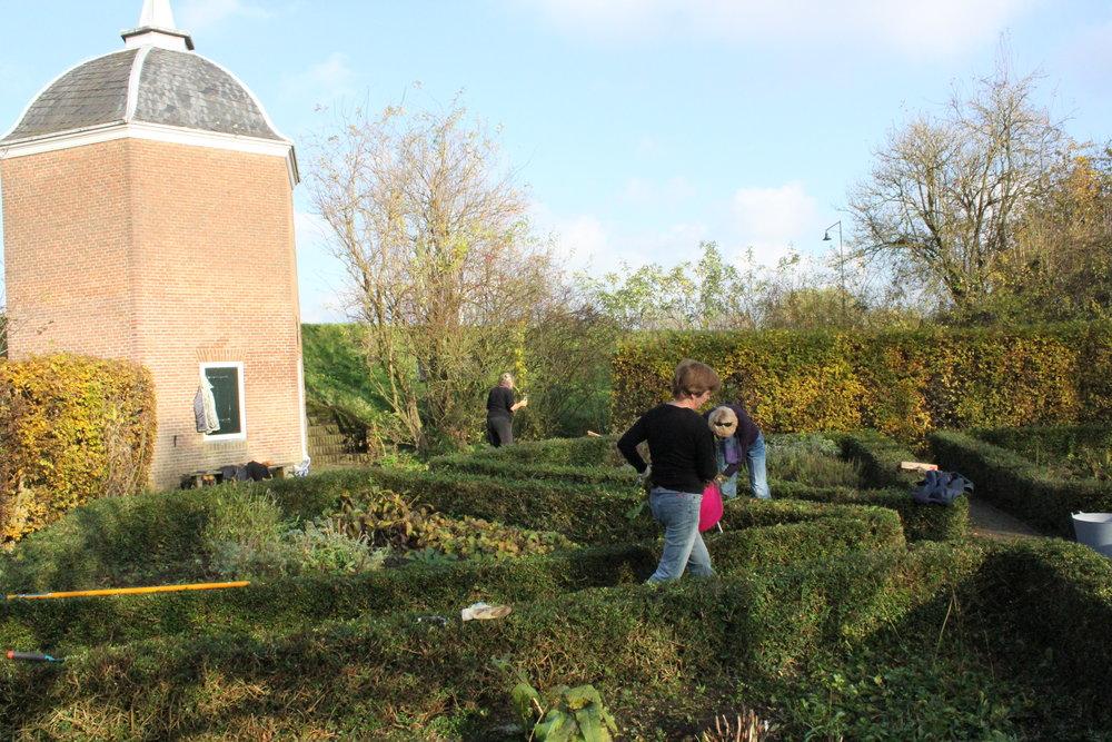 De kruidentuin wordt flink onder handen genomen door onze vrijwilligers.