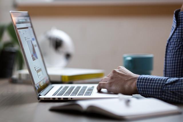 [image: https://pixabay.com/en/laptop-code-programming-computer-2557586/]